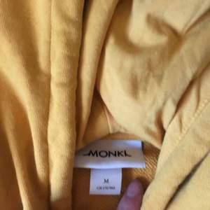 Gul hoodie från monki. Storlek m. Säljer för 50❤️