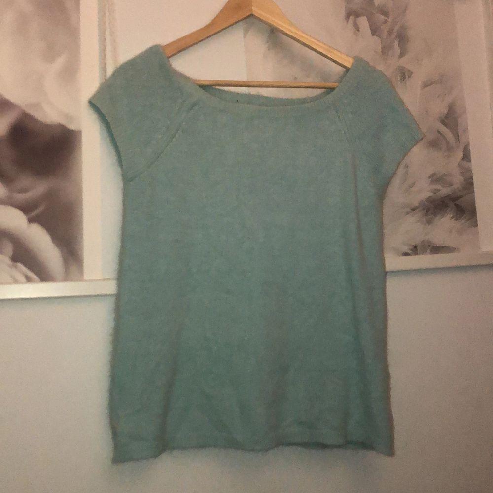 En ljusblå stickad topp med fina detaljer. Bra kvalite designer tröja. . Tröjor & Koftor.