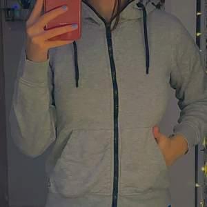 grå zip up hoodie storlek xs använd några gånger