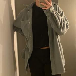 Helt ny weekday fleece skjorta, aldrig använt i storlek xs men oversize!! Säljer pga av tyckte den va för stor, passar större storlekar. Ny pris 450kr säljer för 150kr