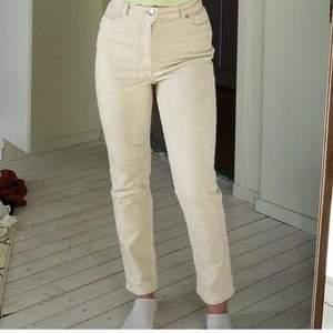 Beigea Manchester byxor från monkil i storlek 36 (lånad bild av Naima säljer)