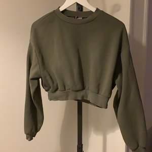 Kortare tröja från H&M, najs grön färg!