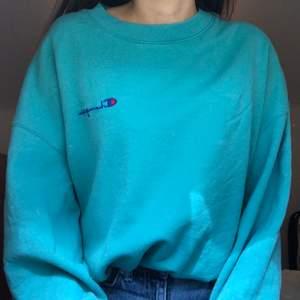 Sjukt snygg sweatshirt från champion!! Köpt på urban outiftters :) storlek xs men lite oversize så passar s-m också 🙏🏼 Budet avslutas ikväll 22.00!!!❤️🌈