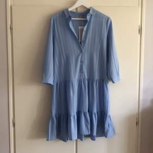 """Fin klänning i strl S från ICHI, aldrig använd då """"volangen"""" inte passade mig. För mer information sök på ihstripy dr2. Nypris 699kr"""