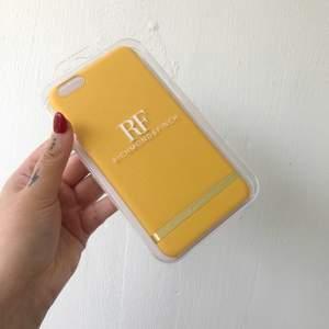 Superfint gult mobilskal från Richmond&Finch, helt oanvänd och i sin plastförpackning. Passar till iPhone 6 Plus och iPhone 6s Plus. Köpt för 349 kr.  Frakt kostar 33 kr.