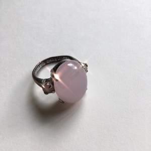Ring med stor rosa sten och två små kristaller bredvid ✨ Säljes pga den är för stor för mig :( Frakt ingår!