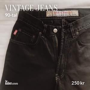 Vintage jeans från Jack & Jones med kontursömmar. Stl: W29/L32  Köparen står för frakt!  #svarta #jeans #jack&jones #jackandjones #vintage #90tal #80tal #90s #80s #kontur #sömmar #kontursömmar