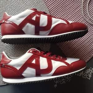 Säljer ett par helt Armani AJ sneaker i storlek 42. Skorna är i super bra skick utan några som skador på skorna.