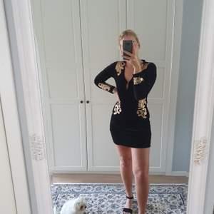 Säljer nu min nelly klänning. Använd bara en gång, sparsamt använd! Fina guld detaljer. Köpt för 900kr. Väldigt elegant!