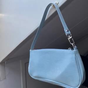 Säljer min super fina väska, endast använd ett fåtal gånger så i nyskick. Säljer då den inte riktigt är min stil 💙🌸💕 frakt ingår inte
