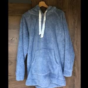 Stor och mysig hoodie i fluffigt material, oversize, knappt använd och är bara tvättad en gång så ännu i bra skick!