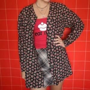 Så så fin cardigan/skjorta med rosor, har fina knappar med samma tyg, både som stängning och vid ärmslut. Har fina slitsar på sidorna. Frakt för denna ligger på 66 kr, samfraktar gärna 👍😊