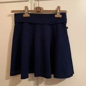 Mörkblå kjol från Tommy Hilfiger. Liknar tenniskjol. Strl Xs-S