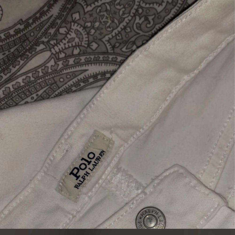 Hej! Säljer mina jeans från Raulph Lauren pågrund av att jag inte använder vita jeans, Aldrig använda helt nya storlek XS. Hör av er om ni är intresserade!😊. Jeans & Byxor.