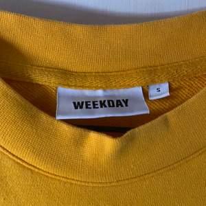Storlek S, tröjan är lite oversized. Aldrig använd