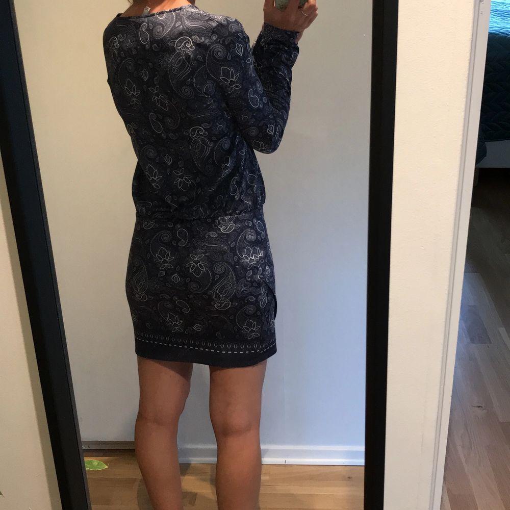 Vit/blå mönstrad klänning från Nelly som är tightare nertill och lösare upptill. Väldigt fin passform och är i väldigt skön att ha på sig. 70 kr + frakt.. Klänningar.