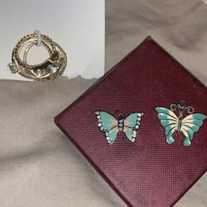 4par  Xs-S guldiga ringar aldrig använt, & 2 par fina FJÄRILAR där då man kan hänga som halsband eller armband vilket som. 🦋-50st bägge 2 -100kr.  Ringar 25st allihopa för 40kr. Frakt tillkommer 🤍
