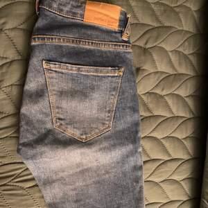 Säljer dessa jeans från Gina i storlek 25. De passar inte mig längre därför har jag inte kunnat lägga upp bild när de är på. Kan frakta och mötas upp i Stockholm.