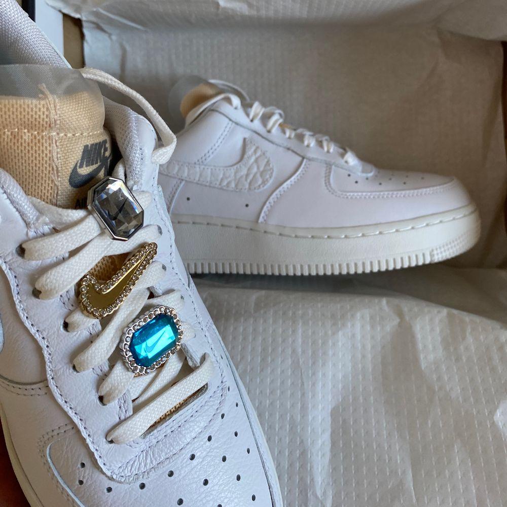 ✨Säljer mina slutsålda Nike Air force 1 Bling. Dessa var svåra att få tag på, men kommer tyvärr inte till användning. Använda 1 gång, men skorna är i nyskick. Kartong osv finns kvar. BUD FRÅN 1300kr❣️✨. Skor.