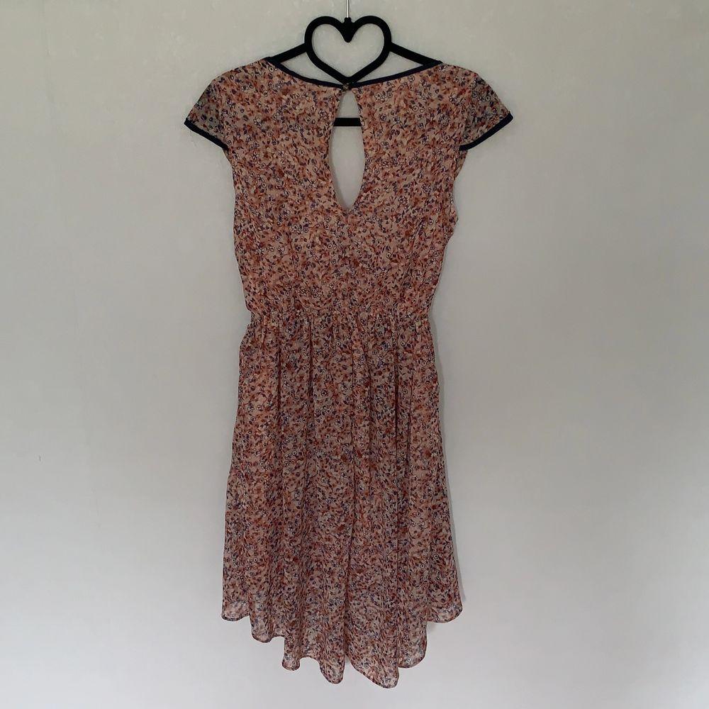Lätt luftig klänning lite längre baktill och stor urringning . Klänningar.