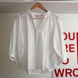 Vit blus från Zara. Lite oversize med fina mönster och 3/4 armar. Aldrig använd. Strl S.