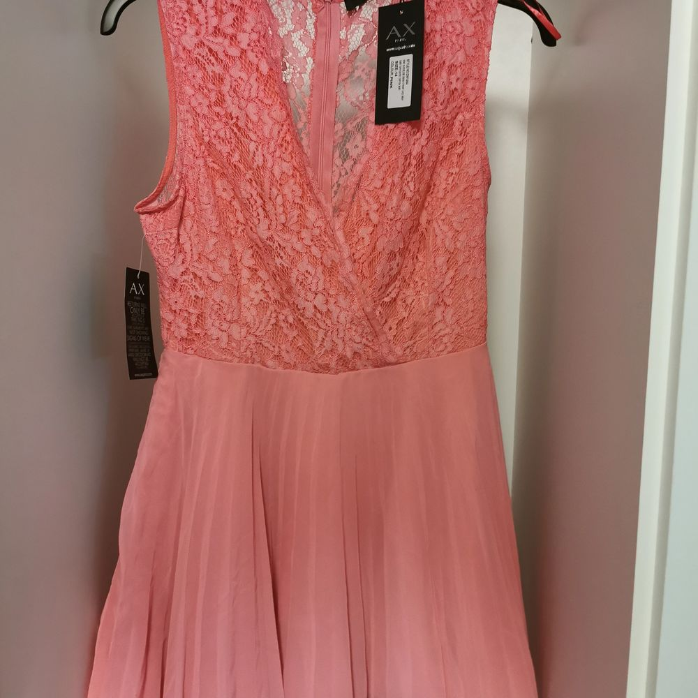 Fin oanvänd klänning från Ax Paris. . Klänningar.