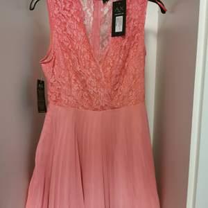 Fin oanvänd klänning från Ax Paris.