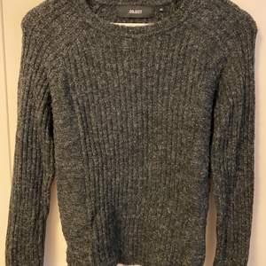 Skön mjuk och inte alls stickig grå tröja! Använd sparsamt och därefter fintvättad. Passar XS och S. Frakt tillkommer.