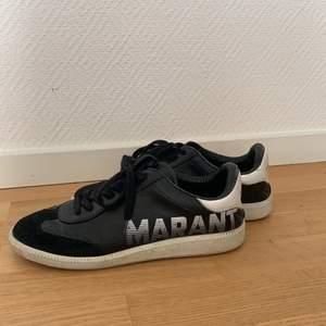 Dessa sneakers från Isabel Marant i strl 39 säljes pga att de inte kommer till användning längre. Jag har använt dem en del men är fortfarande i väldigt bra skick. Inköpta på NK i Göteborg för ca 2 år sedan för 3 499 kr. Kan mötas upp i Göteborg eller fraktas. Köparen står för frakten.
