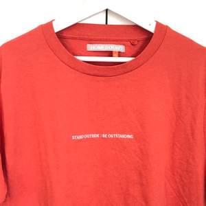 Supersnygg lagom boxy t-shirt! Aldrig använd! Oversized för mig som är strl M. Hör gärna av dig om du är intresserad! Budgivning om fler är intresserade!