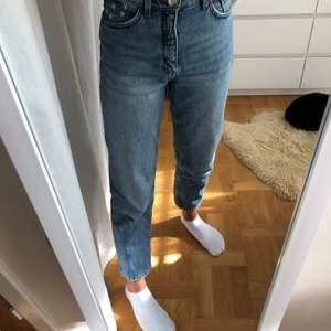 Mom jeans från Monki i modellen Taiki. Har broderat blommor vid vänstra fickan. De är köpa i w 25 men har sytt in de i midjan så passar w 24/xs. Superbekväma och passar till allt!