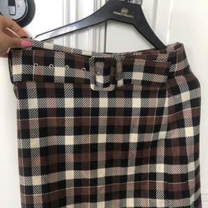 Rutig Oldschool kjol med skärp  från Ginatricot storlek 34. Säljer pga att jag aldrig använder den för att den är lite för stor! Nypris ca 400. Pris kan diskuteras 💫💫