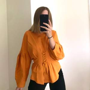 Cool orange tröja från Lindex!🧡 Nyinköpt för ett par år sedan men knappt använd. Köparen står för frakten. Kan även hämtas  i Uppsala 🥰