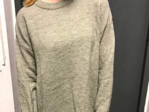 Jätte mysig stickad tröja från hm. Använd några gånger men är i gott skick🤗 frakt ingår i priset!!
