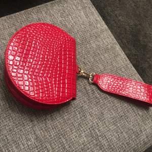 Forever 21 round mini bag never used.      Köparen står för frakten!!!