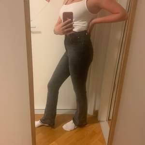 Skiiitsnygga bootcut jeans med ruffig kant längst ned i en perfekt grå färg från Gina Tricot. Strl är M men skulle säga att den är mer åt S hållet. Superstretchigt tyg. Pris exkl frakt