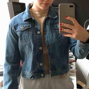 jeansjacka från ingen aning, 160kr inkl frakt, liten i storleken