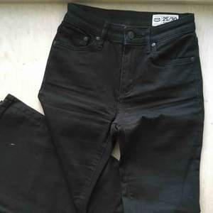 """Svarta """"pow flare"""" jeans från crocker. Bara ett fåtal gånger använda så i väldigt bra skick 🌟❤️ Försmå för mig så har ingen helbild på hur de sitter på men skulle säga de är mer lågmidjade är högmidjade"""