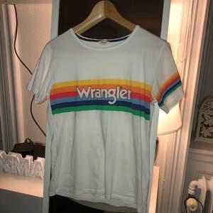 T-shirt från wrangler, knappt använd och i bra skick. Kan hämtas i Linköping går även att skicka men då betalar köpare för frakten. Betalning sker via swish.