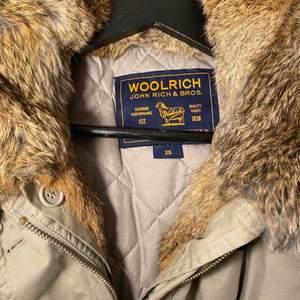 Woolrich jacka, knappt använd. Passar mig som normalt har S. Foder o päls går att knäppa av = året-om jacka.  Nypris 6500kr
