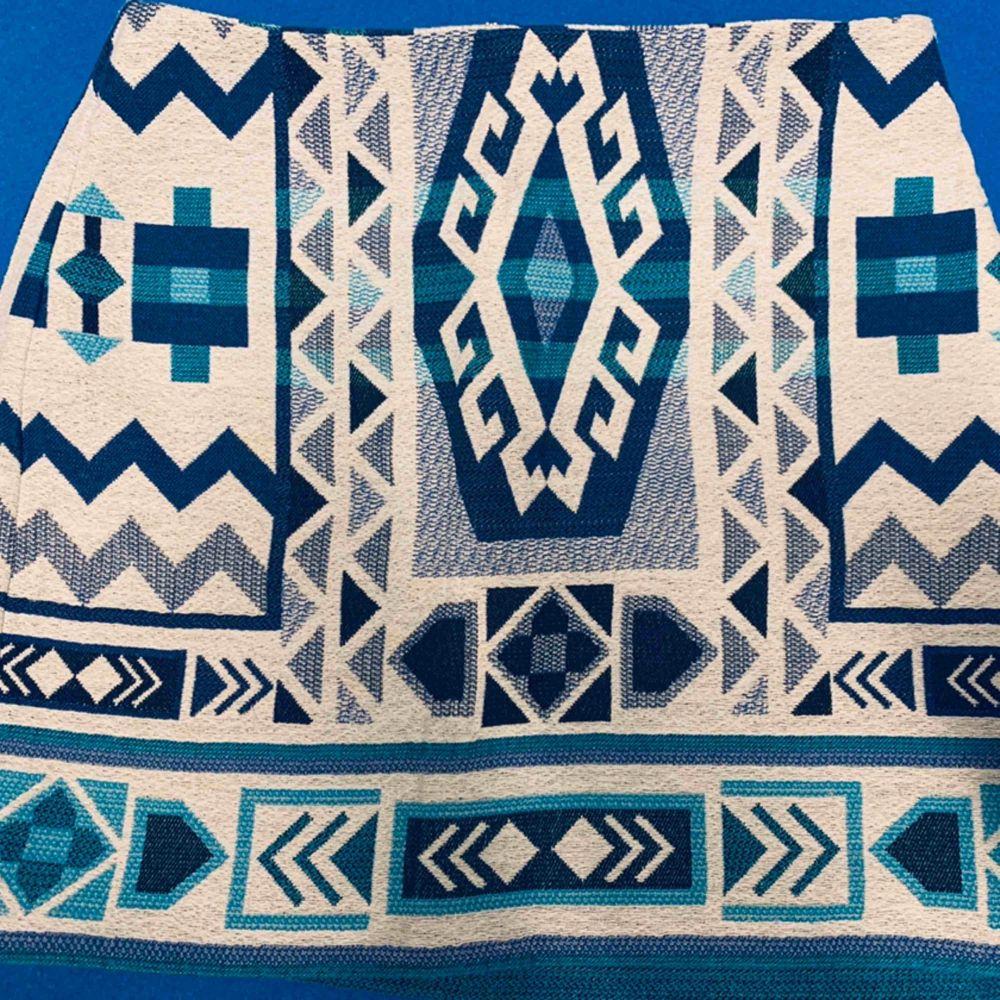 Kjol från H&M använd fåtalgånger. Säljer för 50 frakt inräknad. . Kjolar.