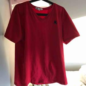 Burberry t shirt  Skick 7/10 Storlek xxl men sitter mer som medium