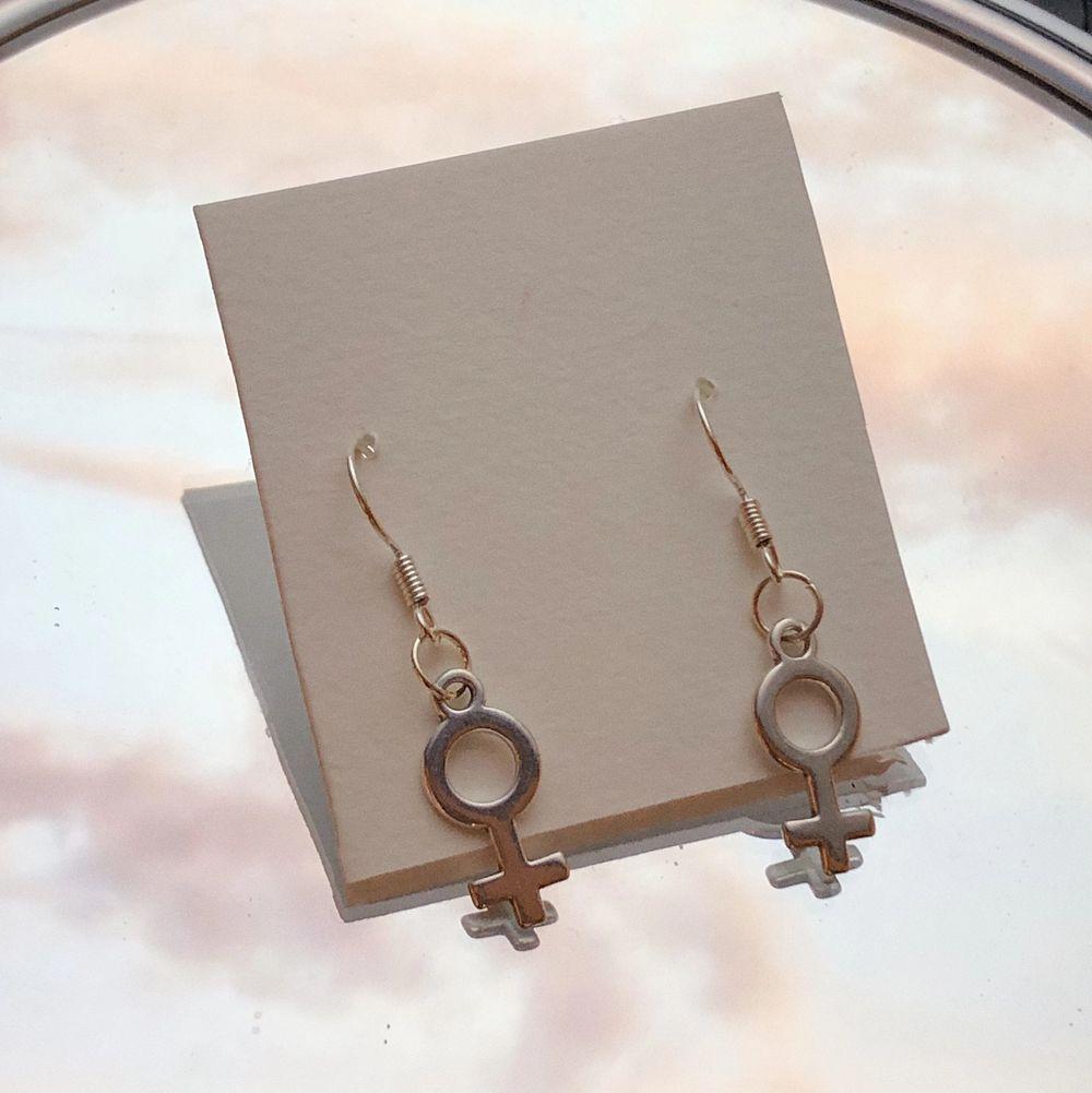 Sååå fina och minimalistiska örhängen med kvinnotecken. Nickelfria. 85 kr/paret . Accessoarer.