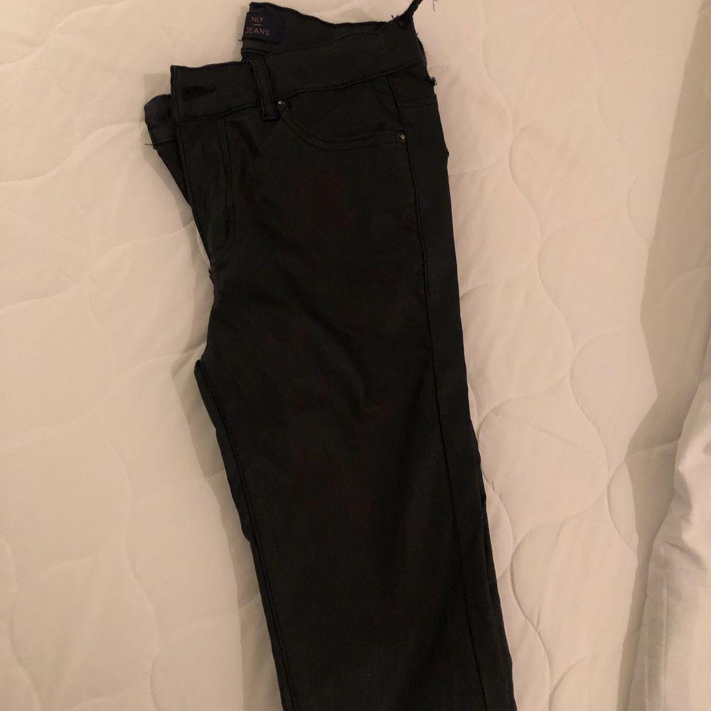 Skinn byxor, bra skick förutom det lilla bandet som gått av som man trär i skärp (syns på bilden).. Jeans & Byxor.