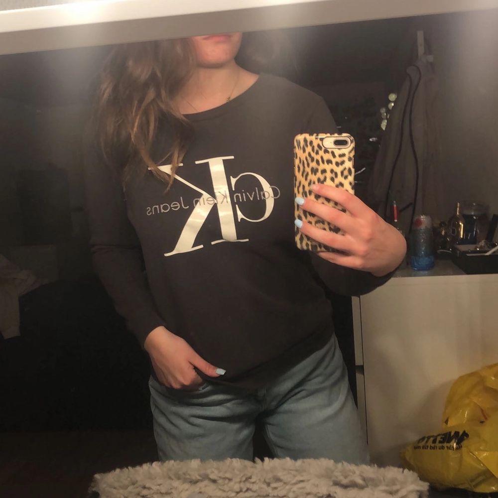 Snygg sweatshirt från Calvin Klein storlek S! Köpt i riktig CK butik i USA 🥰 Så himla snygg men tyvärr blivit lite liten på mig. Nyskick. 150 kr. Tröjor & Koftor.