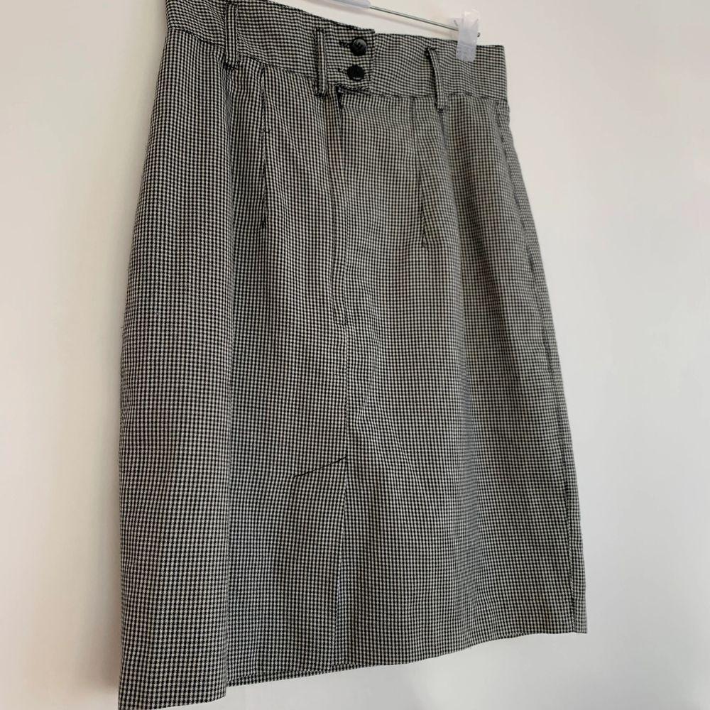 Snygg kjol i storlek S!💕 kan skicka om köparen står för frakten på 66kr🥰. Kjolar.