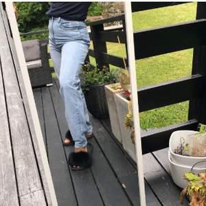 Jättefina light wash mom jeans från prettylittlething som tyvärr aldrig kommit till någon användning. Dom är endast testade, köparen står för frakten💙