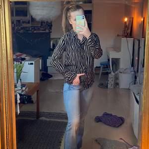 Zebra randig skjorta från Zara. Den har aldrig används.