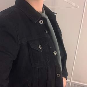 Denna svarta jeansjackan i storlek S är i bra skick. Har bara använts ett fåtal gånger, eftersom att den inte har kommit till användning. Jättefin passform.