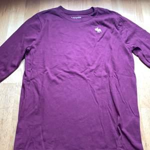 En abercrombie långärmad tröja. Är lila/ vinröd. Väldigt fint skick använt Max 1 gång. Storlek 170 sitter som en xs. Nypris: 199kr säljer den för 70kr + frakt på 66kr.